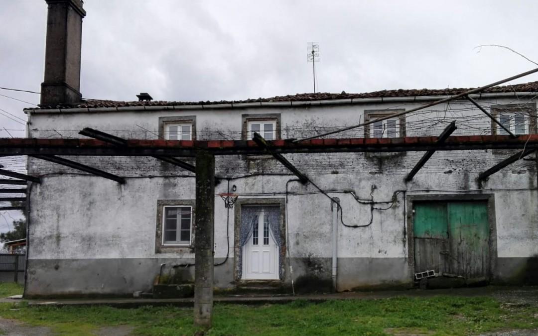 C323 – Casa con anexos y terreno en pleno Camino de Santiago